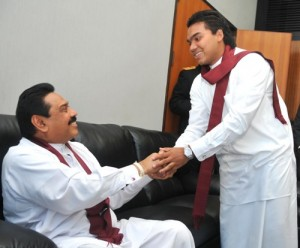 Menneskesmugler, Namal Rajapaksa, med Sri Lankas prsident Mahinda Rajapaksa.